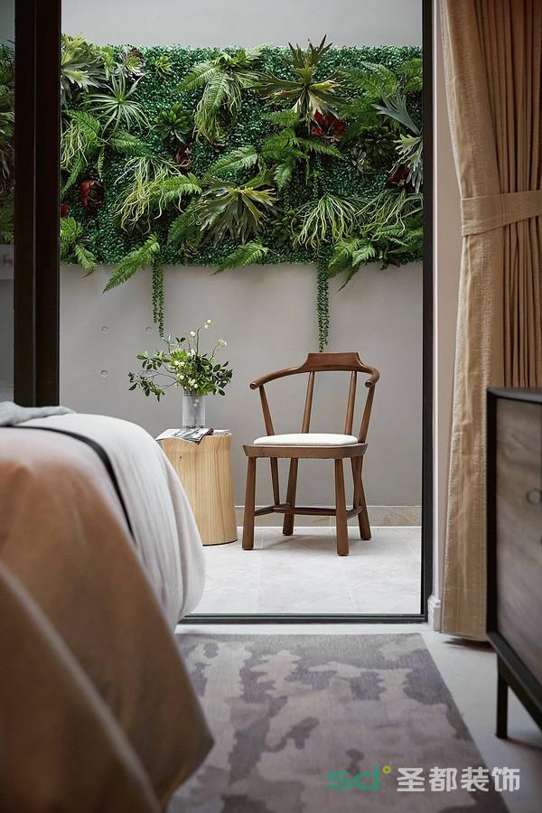 阳台和卧室之间打通,可以当成一个休闲室、书房来用,木地板、落地玻璃、小桌小椅、清新的植物、明媚的阳光,所有的一切都让人感觉特别舒服。
