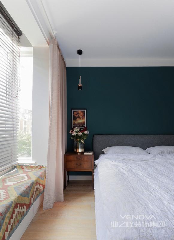为了保障卫生间的私密性,也解决了与卧室对门的问题。