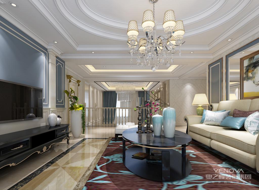 二层的层高制造空间层次上的视感,整体的温馨色调下,搭配的沙发组和窗帘、地毯与地面,在大量印花和拼花的营造下,演绎空间绮丽浪漫的奢华情调;客厅拥有大面积的玻璃窗,将室外的自然和光线引入,愈加展现空间的华美多姿。