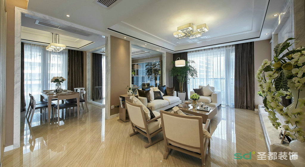 整个客厅空间大气干净,大厅在装饰上以米色为主,使得整个大厅宽敞而明亮,搭配上深色的抱枕,让客厅多了一份远处的冷静,近处的暖心,使空间看起来更加的宽阔。