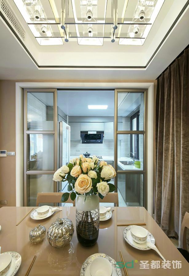 餐厅和厨房也是做隔断出来,金色的边框和窗帘的颜色统一,使得整个空间现代感融入一体。