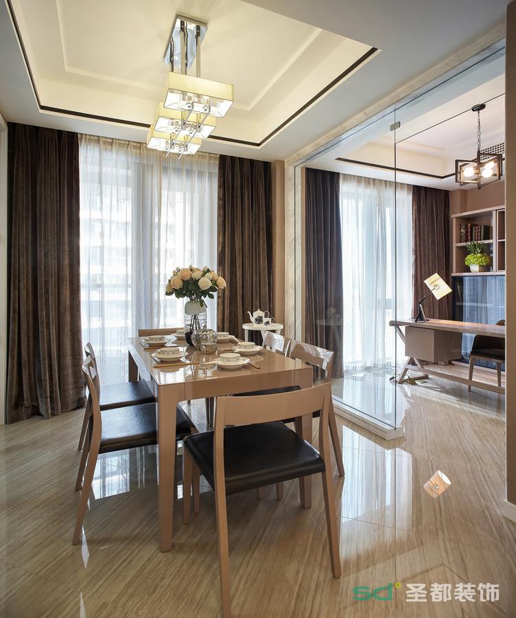 原木色的长形方桌,用透明的玻璃门和书房做隔断,连结空间关系的情境漫延。