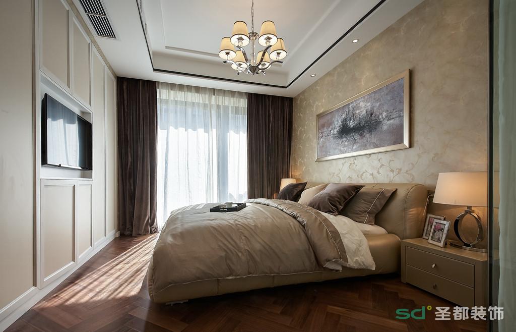 卧室采用了比较淡雅的驼色壁纸铺贴而成,营造出了一种恬淡舒适的休憩氛围,背景墙上的挂画提高了空间的亮度,也让,也让卧室活泼了几分。