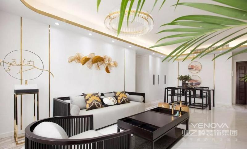 沙发背景墙的金色线条简洁而利落,让空间多了些许的现代轻奢感。沉稳而低调的中式家具,呈现出端庄优雅的大气之美。