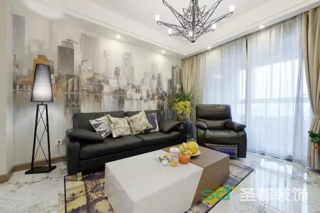 客厅的最大亮点在于沙发背景,这个独特风格的墙纸,给人一种都市水乡相结合的味道,客厅的布置很简约,没有多余的软饰,沙发是经典的黑色皮质沙发,材质耐脏耐磨,十分实用且大方美观。