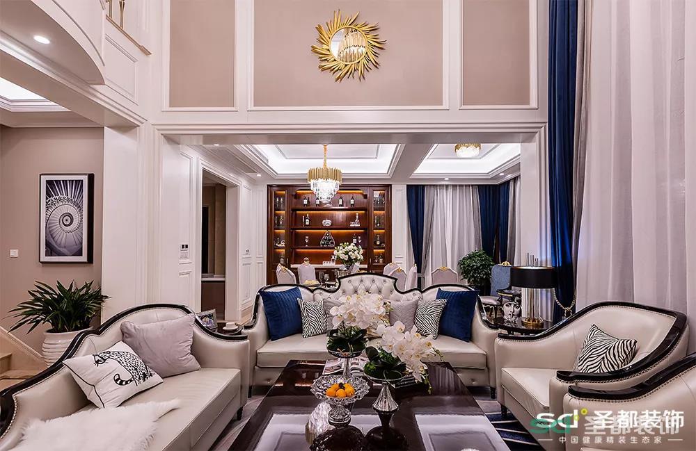 复式的客厅,两层的层高让客厅更加宽敞大气,地面选了大理石瓷砖,因为层高较高,墙面就不想太冷冰冰,所以用了实木复合的护墙板。