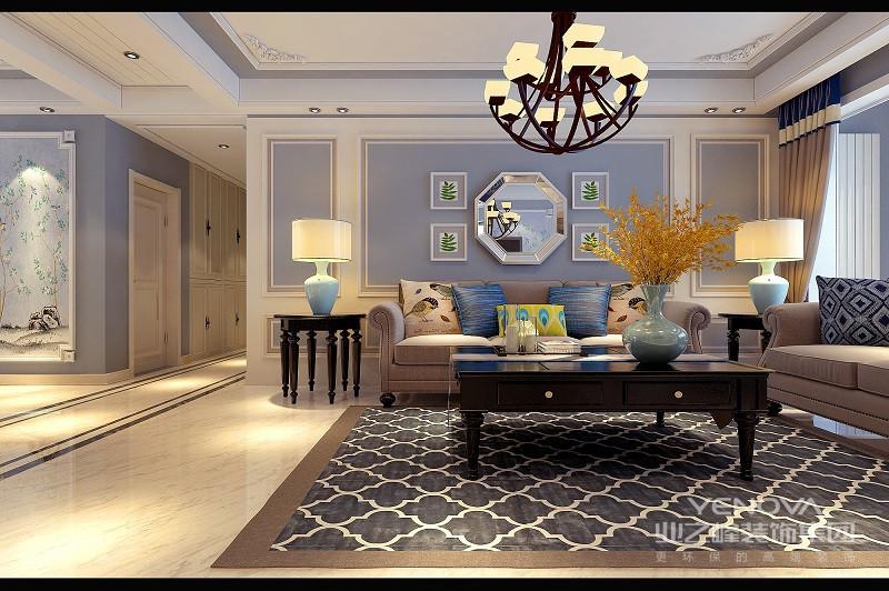沙发背景墙大面积采用线条护墙板,装饰性强。大的基调定下后,蓝色的台灯、跳跃的抱枕、布艺以及沙发都成为点缀。