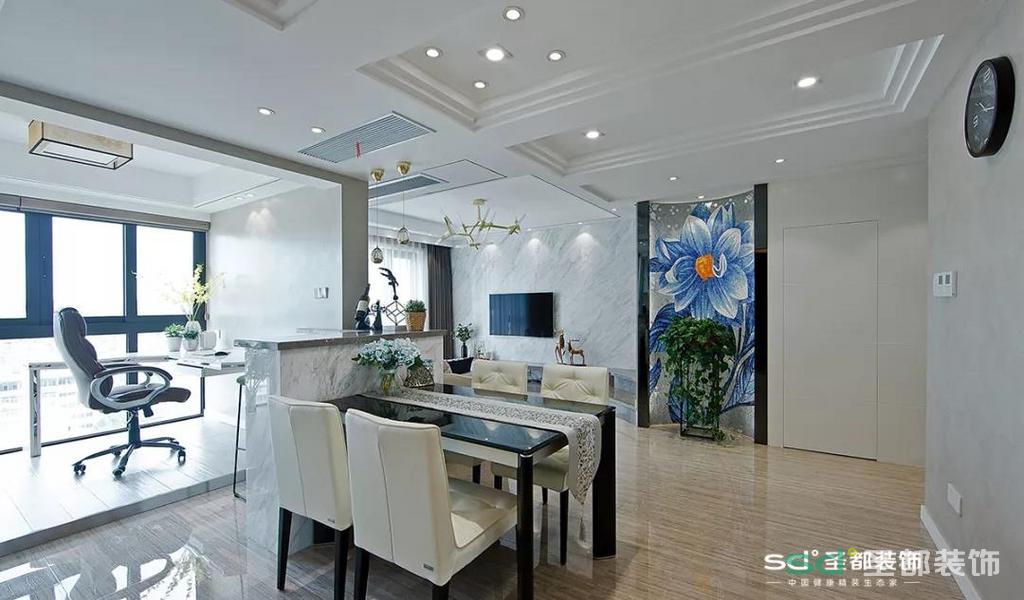 设计师并没有把客厅和餐厅隔开,而是打造成了一个开放式的区域,墙也设计成一半,另一半由餐桌去填充,让整个空间的连接更加自然。