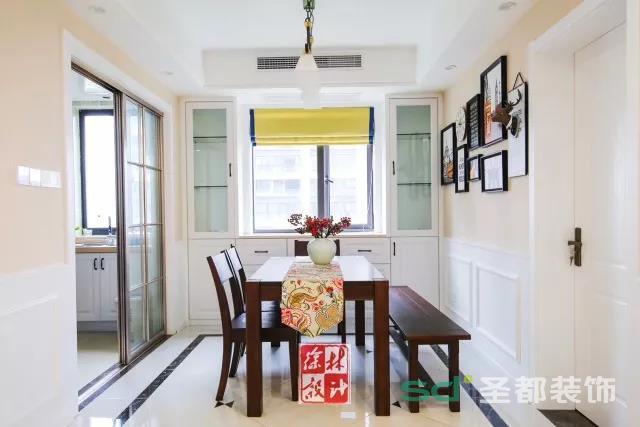 没有传统美式复杂的墙面设计,设计师用米色调墙面营造餐厅温馨的用餐环境。