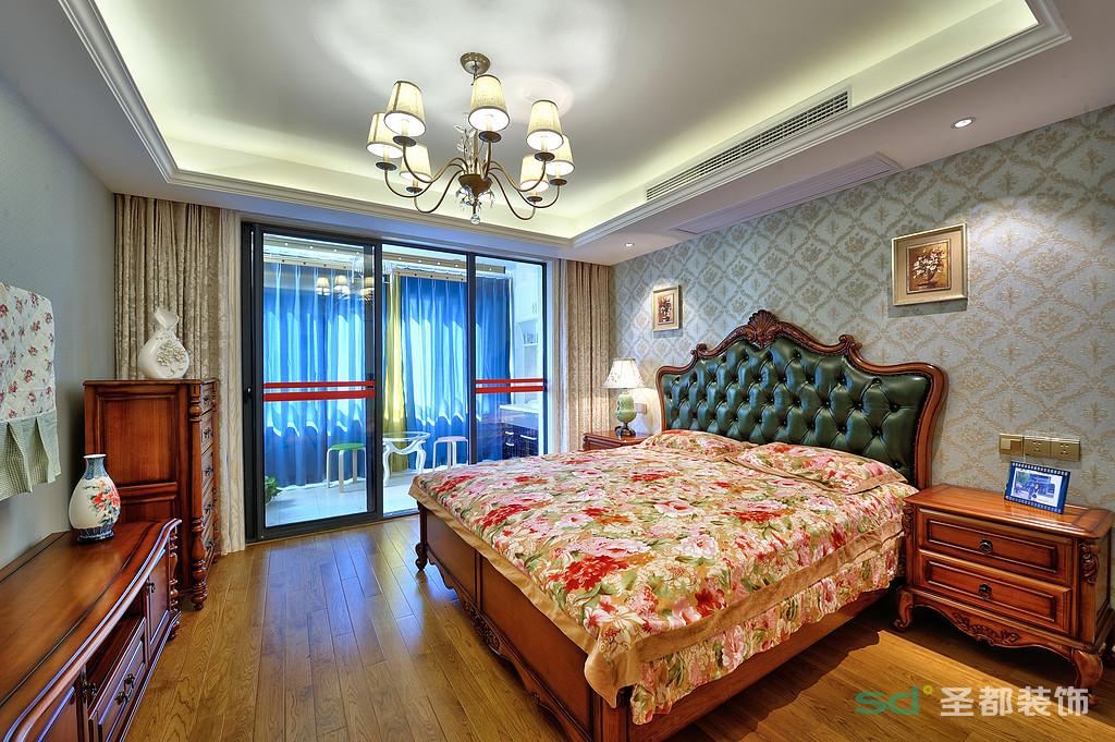 主卧室以淡蓝色搭配棕色的地板,布艺与织物的深浅用色及印花的婀娜多姿,在明朗光线下,呈现出态浓意远的端庄秀丽。