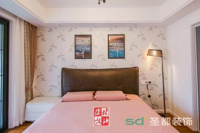 这间卧室多了几分浪漫怀旧感。复古床头灯与皮革床头让人倍感温存。