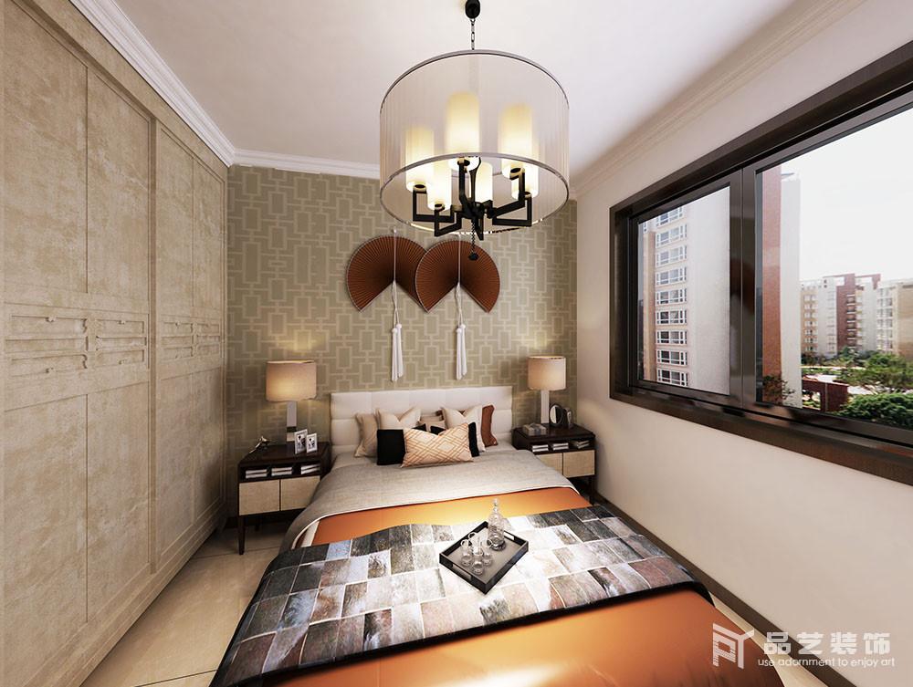 卧室的衣柜十分古朴,以传统中式设计解决收纳需求,中式风情的壁纸搭配折扇,加重了空间的东方之意;床头柜搭配台灯既解决了日常的使用,也以对称的方式,让家中正大气。