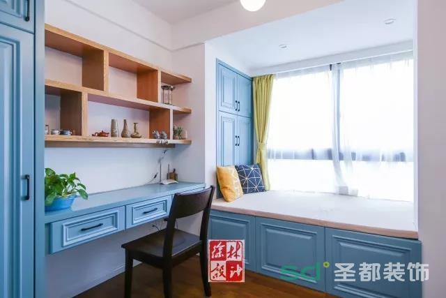 书房一改客厅的米色调,采用明快的蓝色,丰足的收纳空间轻松满足以后的日常所需。