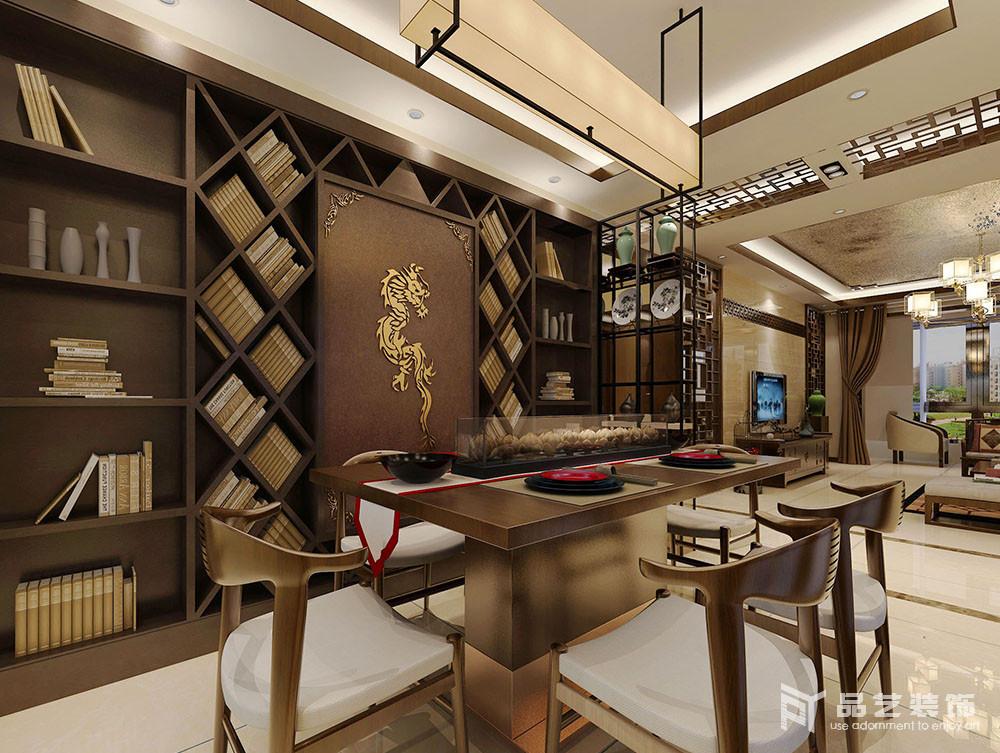 餐厅巧妙地将墙面做成了一个不规则的收纳书墙,并借立面来表达东方气韵;木质的吊灯和陈列柜上的器物加重了空间的中式质感,而新中式座椅组合也给生活带来时尚。