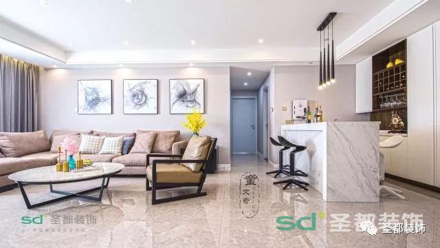 这套案例给大圣的第一感觉就是轻快明亮,宽敞的客厅,大气的家具摆件,整体上设计师采用简洁明了的色块堆积,再用黑白咖啡色搭调,时尚亦不失温度。