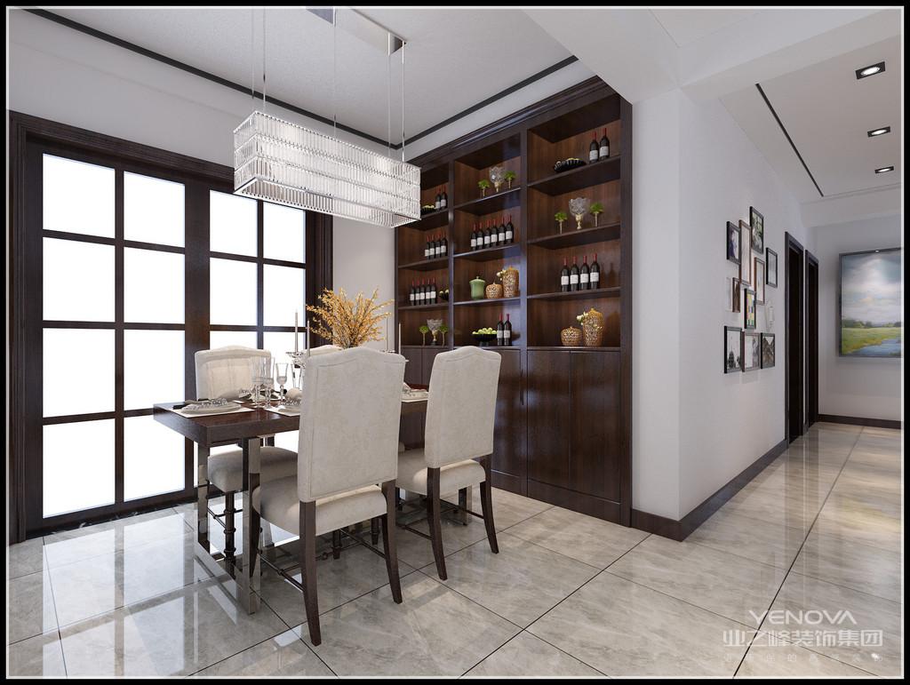 矩形的水晶吊灯,在餐桌上方规规矩矩,有着稳重;镶嵌式的柜子,更好的利用了空间。