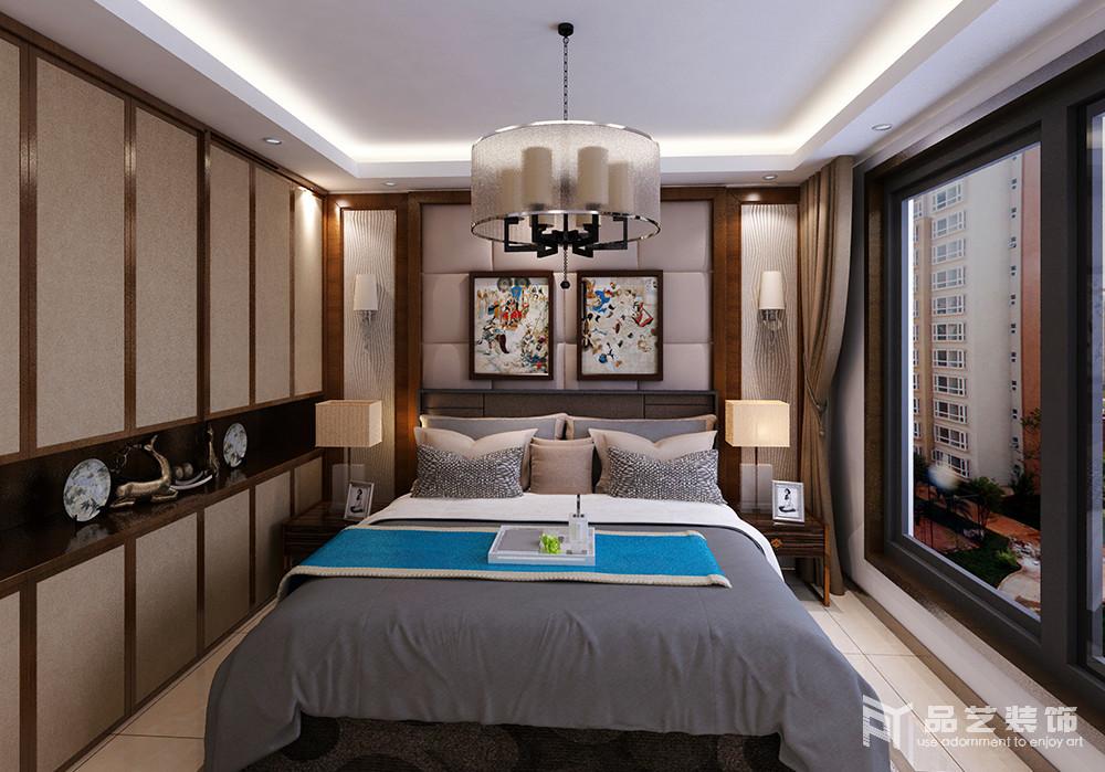 卧室整体色调以驼色和灰色为主,木框作为装饰,从软包背景墙到衣柜,框裱出了几何美学;从收纳到表达东方艺术上,整个设计平衡出了稳重,也足够温馨。