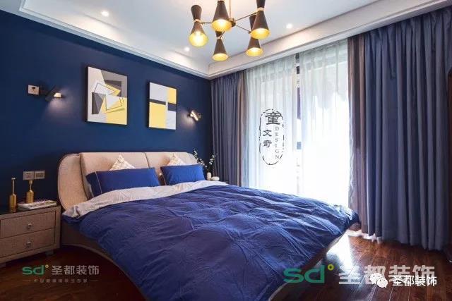 卧室一改客厅的色调,采用了屋主喜欢的蓝色和紫色调,营造一种浪漫梦幻的感觉。将床头灯设计在墙上也是近两年很流行的设计哦,再也不担心放在床头柜上碍事了。