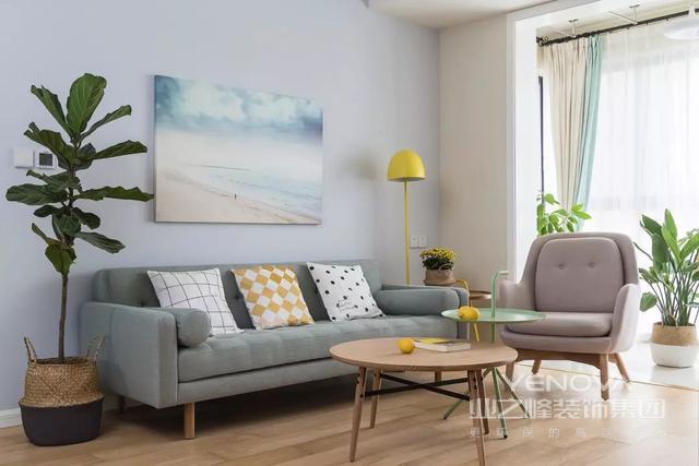 客厅亮黄色落地灯及亮黄色摆件,呼应着点亮空间。