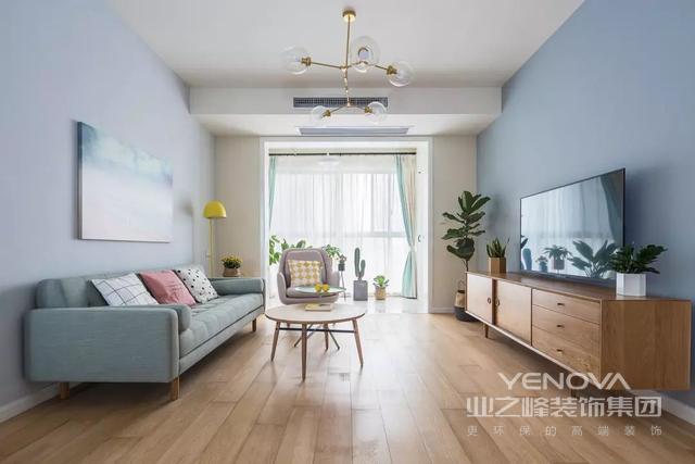 客厅与阳台想通,阳光通过落地窗使得整个客厅更清丽。
