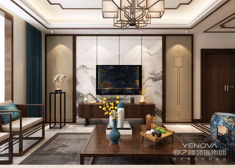 顶面的实木线条与地面的拼花线条交相呼应,显得大气,不繁杂;格栅门与墨绿色的窗帘,让整个空间具有了中式典雅,浅色实木沙发与之相辅相成,酿造东方格调。
