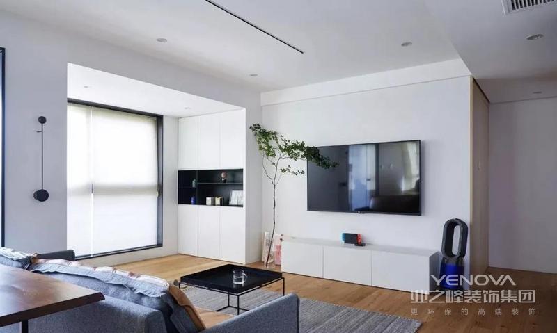 建筑面积110平,业主是一对年轻夫妻,性格开朗,偏爱明快自由,且适合自己的居家空间,所以,白色调为主的客厅给人一种简单和宁静。