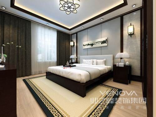 卧室床头铺以花鸟壁纸,复古的色调氤氲出柔和的氛围,搭配着棕色系的床头和床品,用温和厚重感释放出古朴的素雅气质;白色的床品则与对称衣柜清新辉映,充满古风的配饰点缀渲染,空间被构建的大方典雅且闲适温情。
