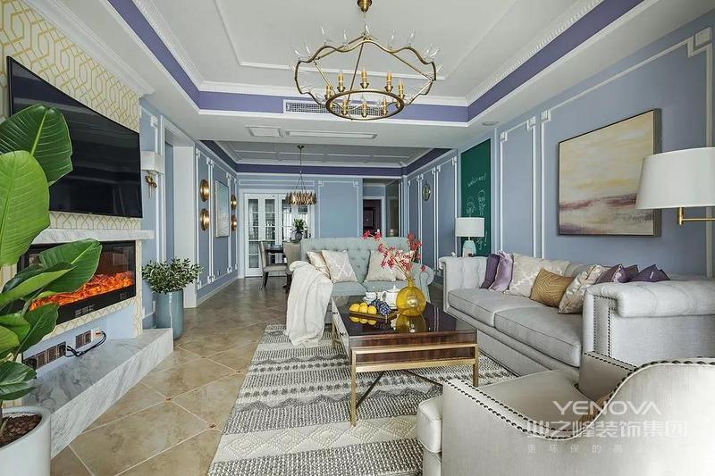 客厅顶面使用一圈蓝紫色增加整个空间的层次感,与墙面的雪纺蓝过渡自然,让整个空间清新、淡雅富有情调。造型别具一格的金色吊灯,低奢而有格调。
