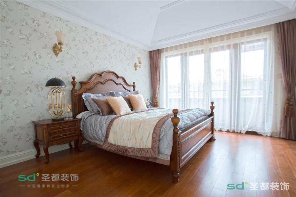 三楼是主卧及书房等配套,主卧的吊顶与其他房间不同,做了斜顶造型处理,欧式新古典的经典款床,加上大大的的落地窗,符合主人简约结构,颜色简单视觉丰富的要求。