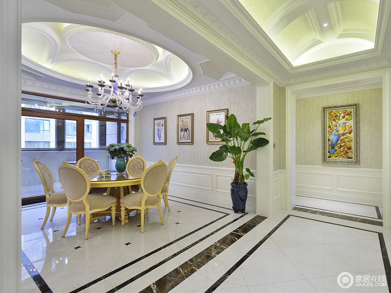 餐厅运用了大量的线条勾勒,从顶上天花的弧线到墙面、地板上的直线条,构建空间上的华贵之气。以圆为主题的天花、餐桌椅,则突显出家的团圆和谐之意。