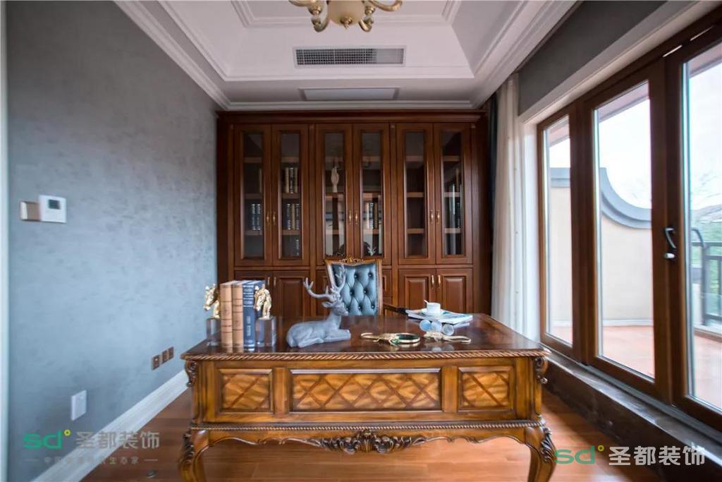 最后是书房,业主强调过要以实用性为主,于是书柜设计成了全封闭式的。