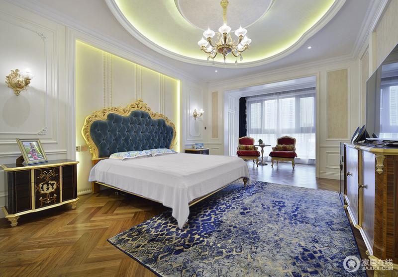 卧室延续了客厅的蓝白色,呈现出端庄大气的空间气质。墙板的凹凸立体质感,与扎染风地毯上的金色线条,相得益彰。阳台上,两把沙发椅配一件边几,优雅的休闲感营造出来。
