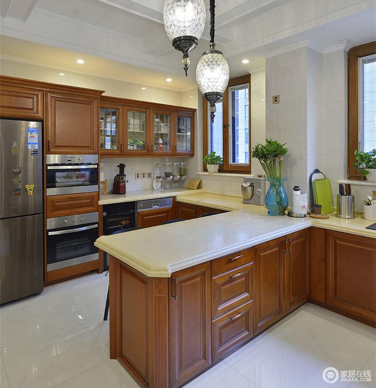 厨房利用中央连接的拼接岛台,将空间的中西厨轻松划分开来,家电的内置,形成规整的空间秩序。棕褐色的实木配白色理石,既有轻盈明快又具沉稳大方。