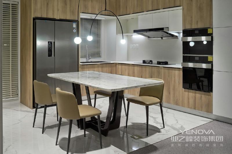 这便是厨房内部的细节 冰箱嵌入在高柜之中 餐厅与厨房的结合 也大大增强了厨房的使用性能