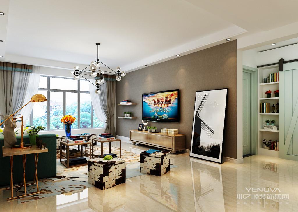 阳台拥有宽阔的大落地窗,带来充足的自然光;舒适的皮质沙发与配搭的坐凳及墙面画,在色彩上相互辉映,空间显得沉稳雅致