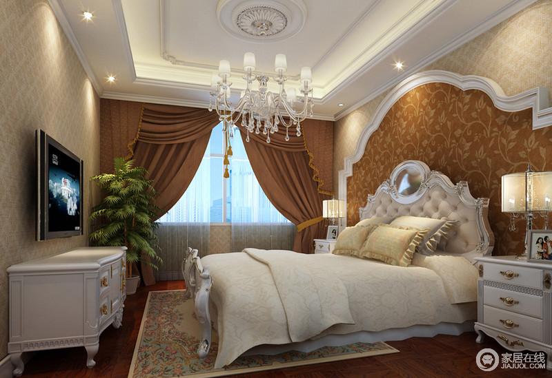 卧室以巴洛克拱形背景墙来营造奢华和古典,赤色花卉纹样壁纸以复古的姿态与咖色窗帘表达着经典之美;曲线优美的家具因为造型和工艺愈显富丽,多彩而繁花的地毯以自然般的高贵令空间愈加经典。