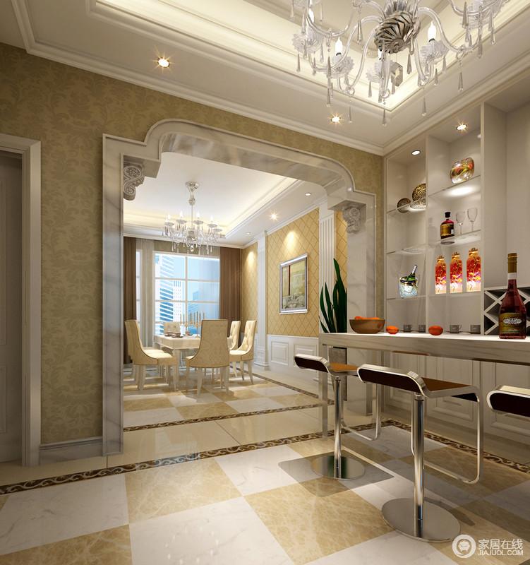 餐厅利用黄色和白色地砖来呈现几何的效果,而餐厅法式廊柱的结构无疑给予空间浓重的仪式感;黄色菱形立面与悬挂的油画和雅庄重,令欧式吊灯下的新古典餐椅轻盈了不少,与现代感的吧台组成大气。