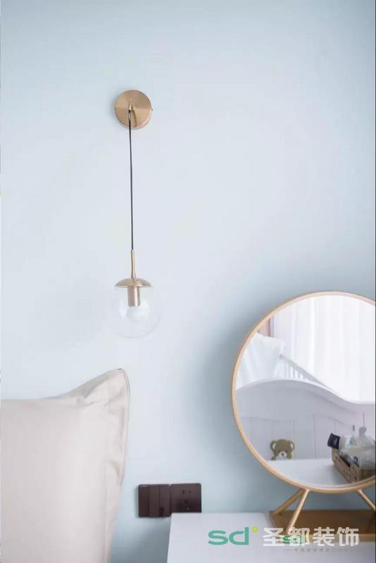 浅蓝色的墙面,搭配米色靠背,垂坠的金属床头灯和简约风格的金属化妆镜做点缀,营造出北欧的氛围。