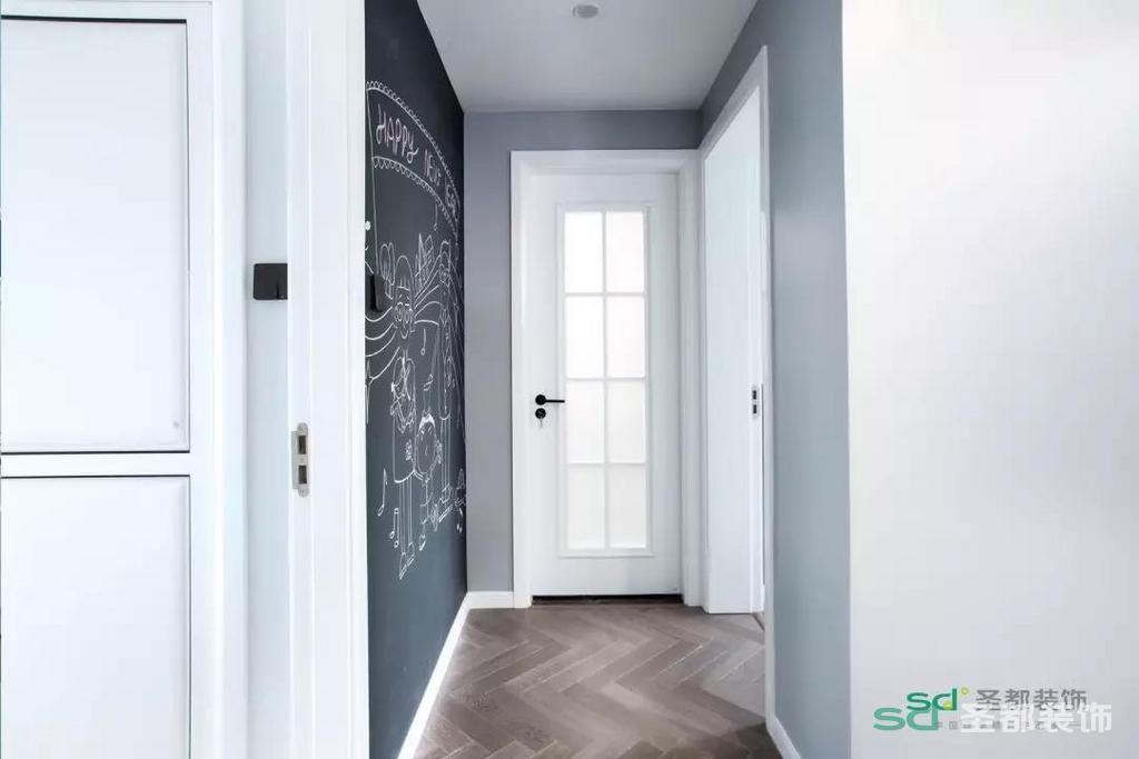 与榻榻米相连的多开门柜子用来储物,榻榻米的下方也设计了抽屉,既增强了收纳功能,也美观实用。