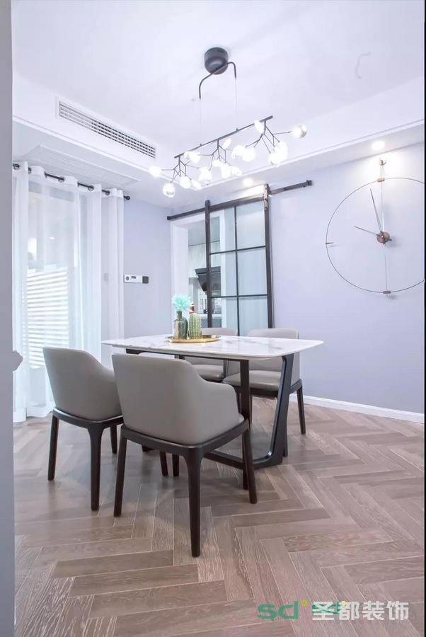 入户玄关的右手边是餐厅,餐厅的设计相对比较简单,大理石的餐桌,皮质的餐椅。