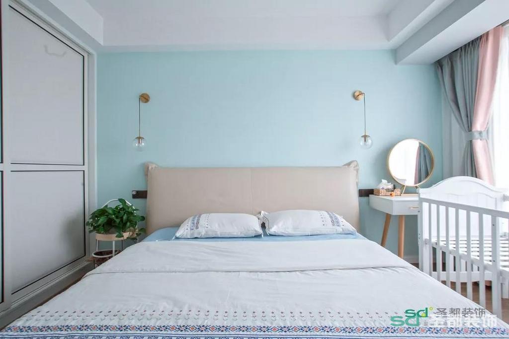 主卧朝南,清晨醒来时拉开布艺的窗帘,阳光洒在身上,温暖而舒适,可以让心情好上一整天。