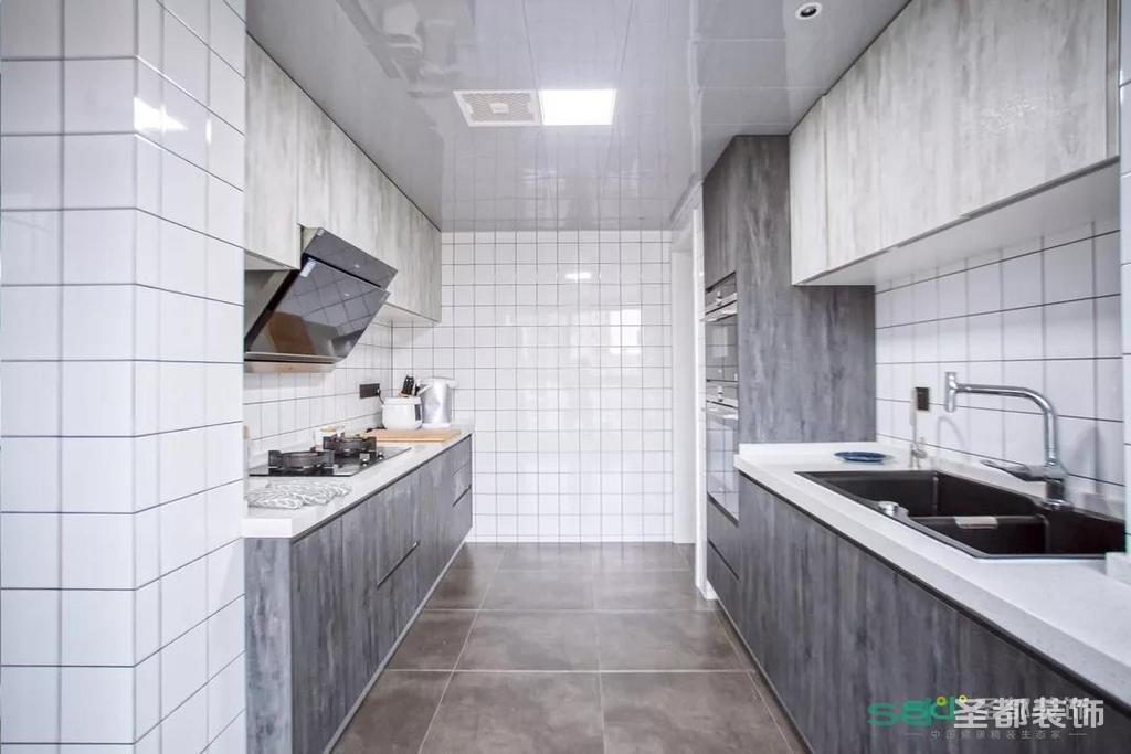 为了增加收纳,厨房上下都设计了橱柜。