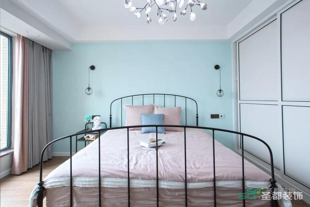 而次卧的床和沙发则和主卧大不相同,多以黑色为主,金属质地的床搭配肉粉色的床单,点缀得恰到好处!