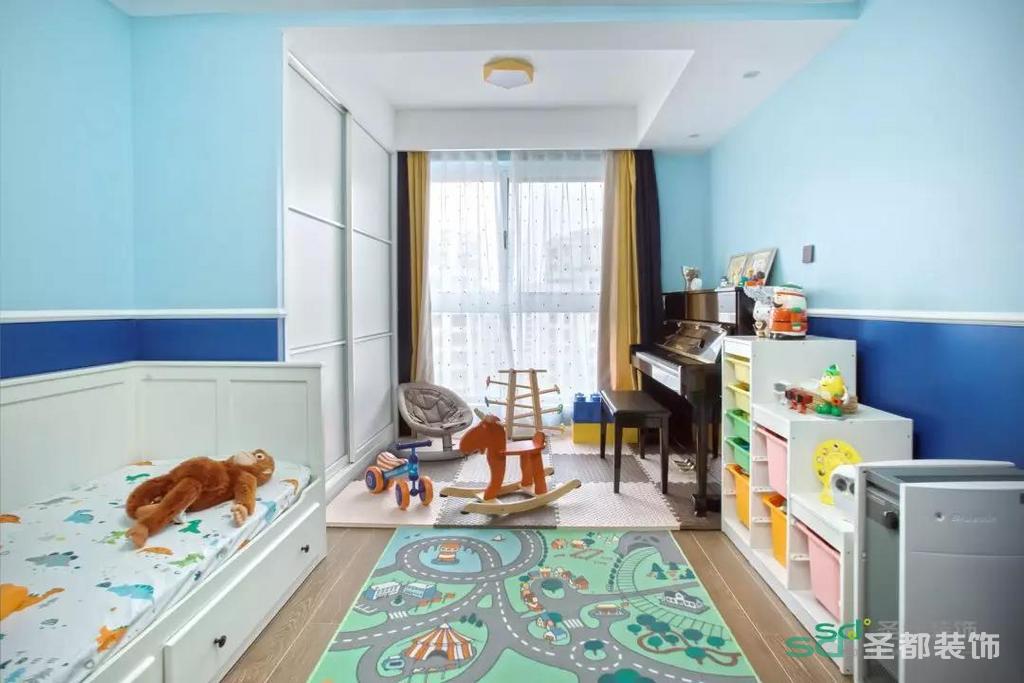 为了满足男孩子的好奇心,培养小男主广阔的胸怀,儿童房的墙刷成了天蓝色和深蓝色,是天空和大海的颜色!
