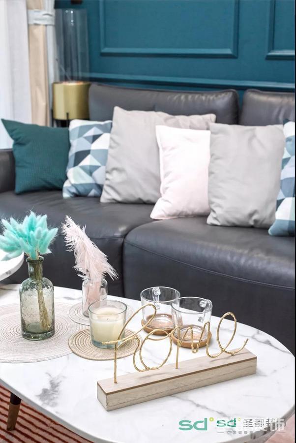 搭配金属质地配饰,以及淡粉色拼接地毯。