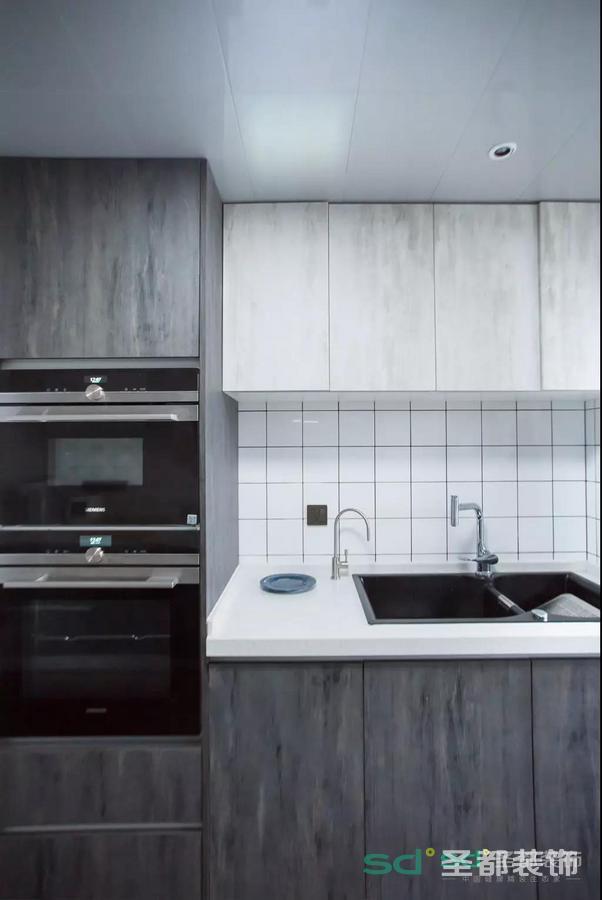 考虑到厨房的布局,选用的是二字型厨房,可以将岛台和墙面平行摆放,且将清洗台和灶台分开,空间利用率极高。