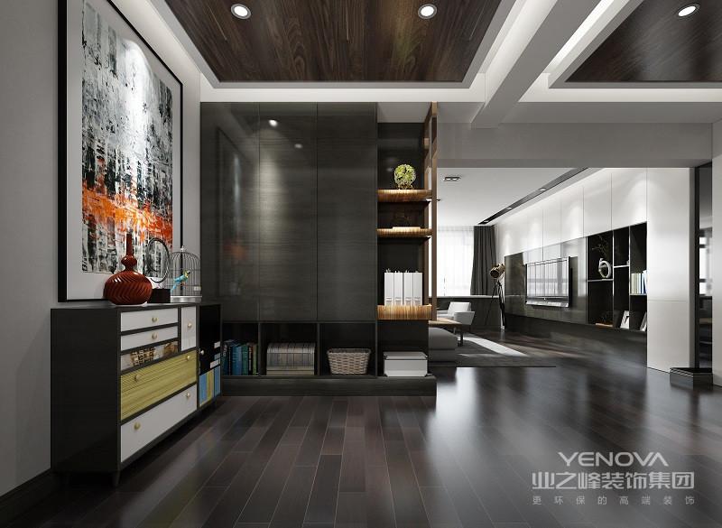 > 整个空间以浅灰色漆为主,墙面经过粉刷更是营造了一份素静;白色木门嵌入其中形成白与灰的碰撞,再加上原木地板,更是给空间带来自然的气息,简约中突出了几何酒柜的立体。