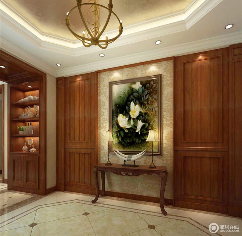对称的手法使空间看上去更为规整,极具视觉美感。凹凸实木墙板烘托着淡黄色的印花壁纸,与挂画图案渲染清新自然;简洁的边几摆放着屋主的展示品,彰显屋主的品味生活。