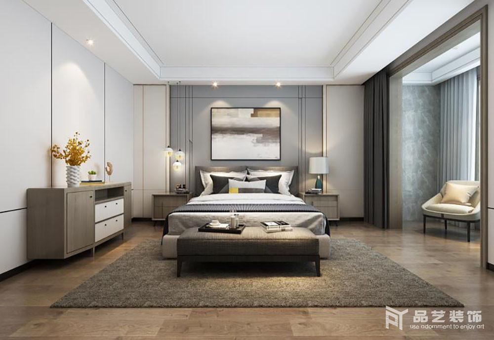 卧室的衣柜嵌入式设计更显空间感,米色和灰蓝色板材组合,让整个背景墙素雅之中,具有几何之美,再搭配抽象挂画满是艺术气息;而木地板上铺设的褐色地毯,与原木家具奠定了空间沉稳的气息,白色床品及精致地台灯与之组合,构成家的稳重和轻奢。