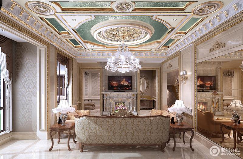 充满西方华丽的天花顶上,描金雕花雍容贵气,垂坠着璀璨的水晶吊灯流光溢彩,折射进大面积茶色镜里,倒影着典雅规整的沙发系列,在印花的烘托下,空间完美演绎巴洛克式的恢弘富丽。